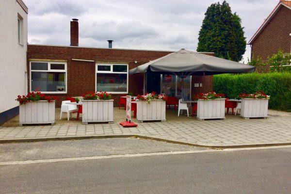 Cafetaria met zaal en terras foto 1